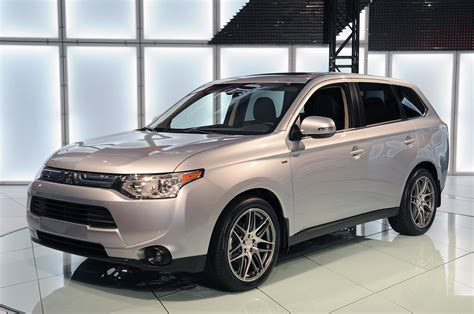 2014 Mitsubishi Outlander unveiled with new look, standard